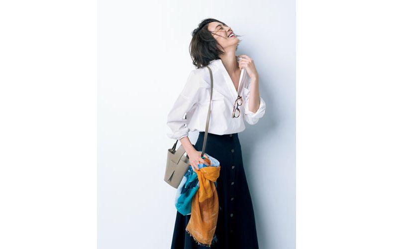 【1】白シャツ×ネイビーフレアスカート