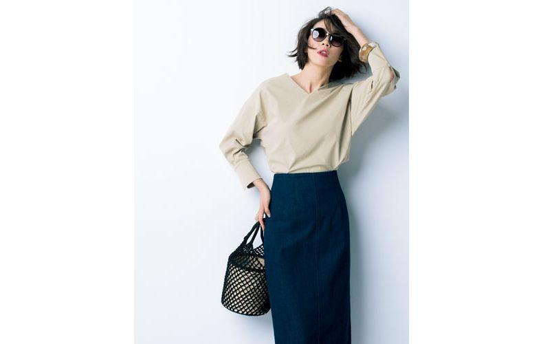 【2】ネイビータイトスカート×ベージュシャツ