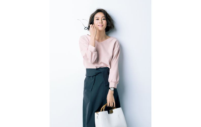 【3】スモーキーピンクのブラウス×黒スカート