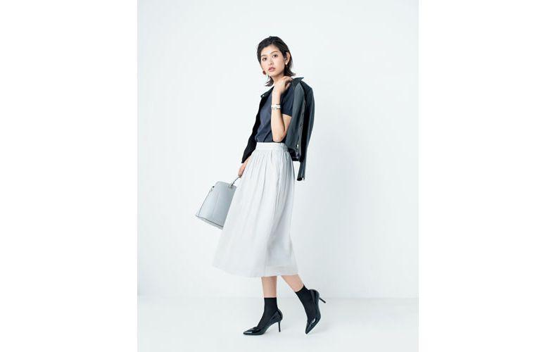 【6】黒ジャケット×グレートップス×白フレアスカート