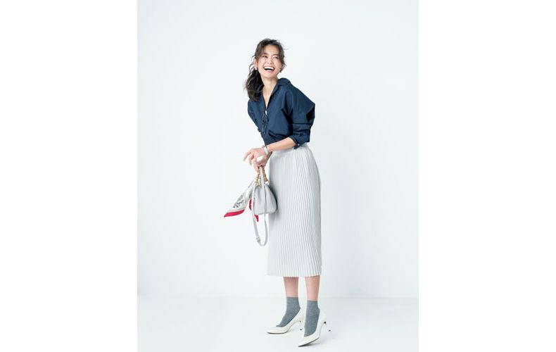 【4】ネイビーシャツ×白プリーツロングスカート×靴下×白パンプス