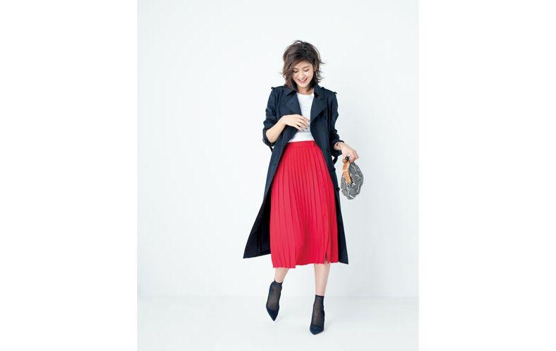 【1】白トップス×赤プリーツスカート×ネイビートレンチコート
