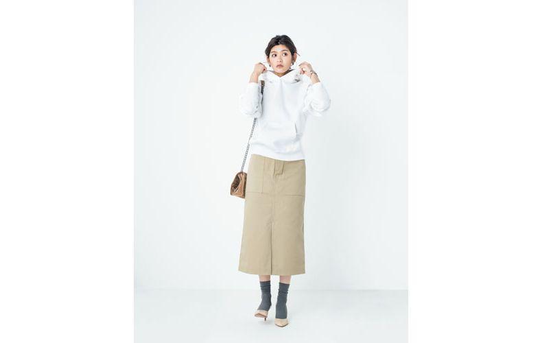 【7】ベージュタイトスカート×白パーカー