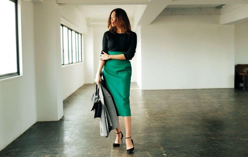 【2】グレージャケット×黒ニット×グリーンタイトスカート