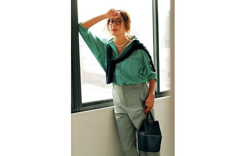 【6】グレーワイドパンツ×緑ストライプシャツ