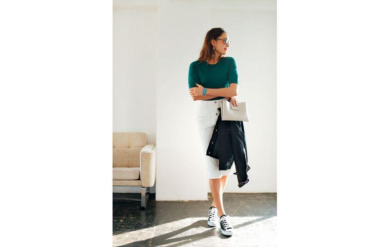 【5】緑ニット×白タイトスカート×黒スニーカー