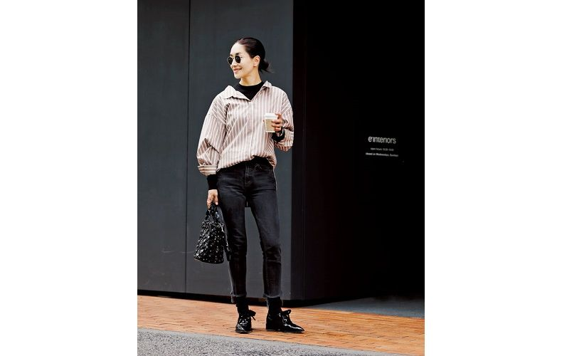 【1】黒Tシャツ×ストライプシャツ×黒パンツ