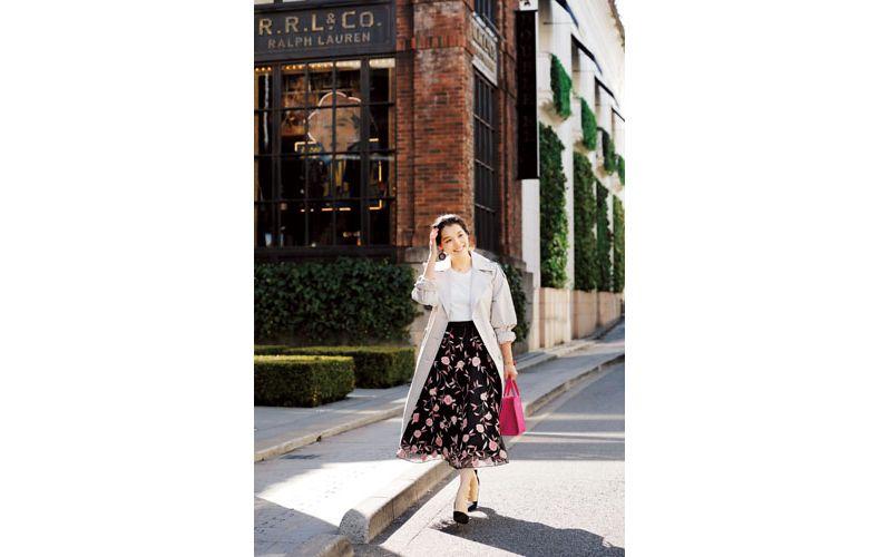 【3】ベージュコート×白カットソー×黒花柄スカート