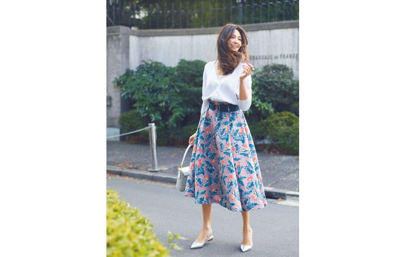 【3】白カーディガン×花柄スカート×シルバーローヒールパンプス