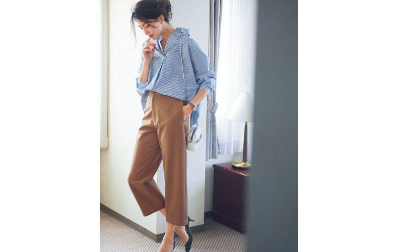 【6】ブルーストライプシャツ×茶ワイドパンツ