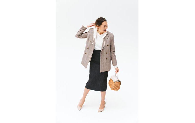 【2】白パーカー×黒タイトスカート×チェックジャケット
