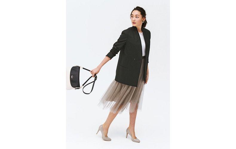 【9】黒ジャケット×白ニット×ベージュプリーツスカート