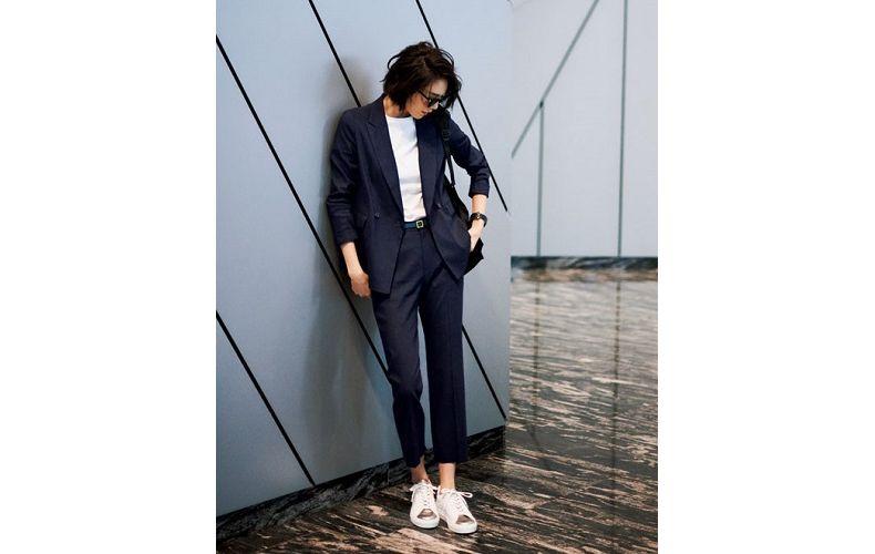 【4】ネイビーのパンツスーツ×白カットソー