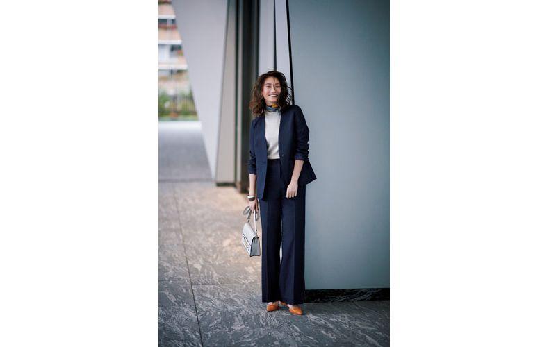 【3】白ニット×ネイビーワイドパンツスーツ