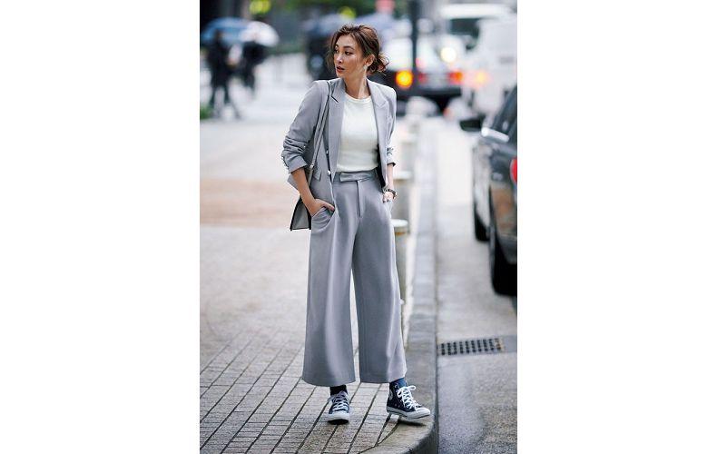 【3】白カットソー×グレーワイドパンツ×グレーテーラードジャケット