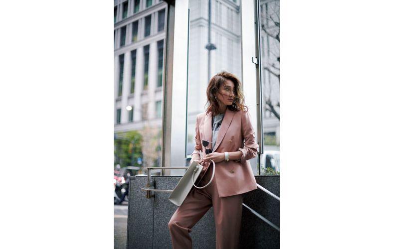 【1】グレーカットソー×ピンクテーパードパンツスーツ