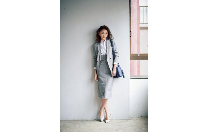 【1】グレーのスカートスーツ×白シャツ