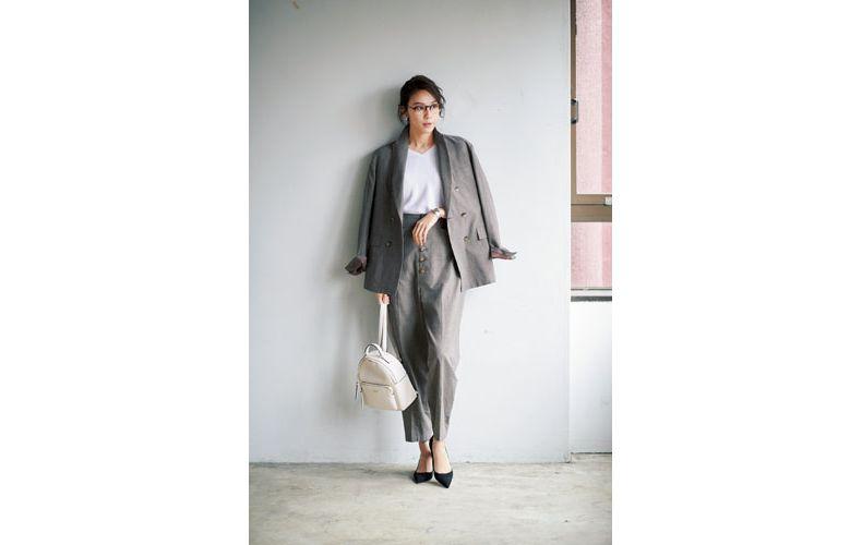 【5】白トップス×グレンチェックのグレーワイドパンツスーツ