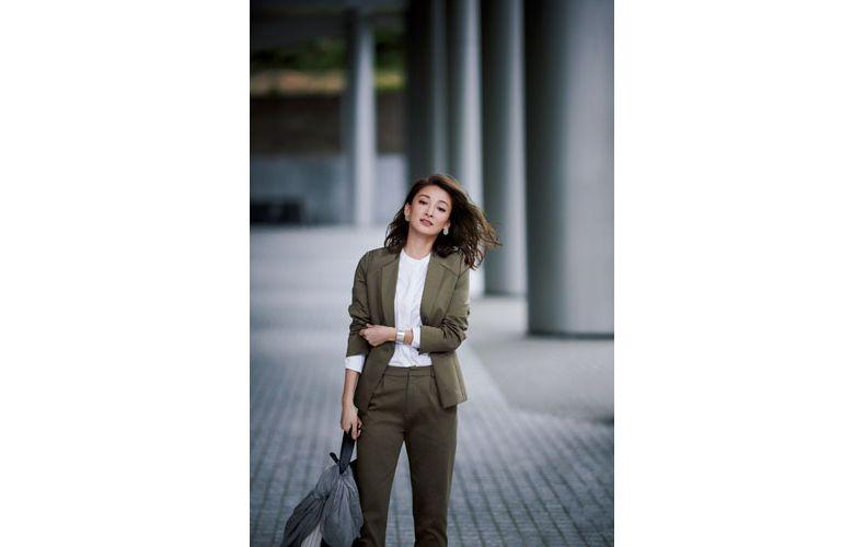 【3】白ブラウス×カーキのジャケット&パンツのスーツコーデ