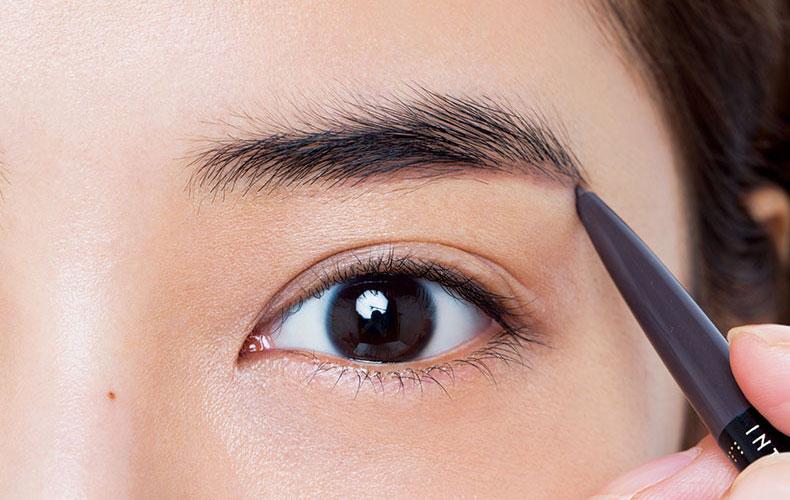 「きれい太眉」にするだけで目元が引き締まってみえる