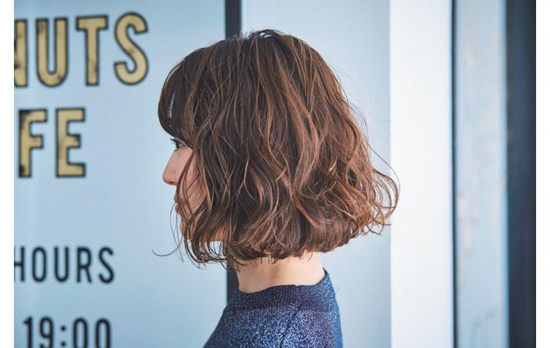 ラウンドカット前髪のウエーブスタイル