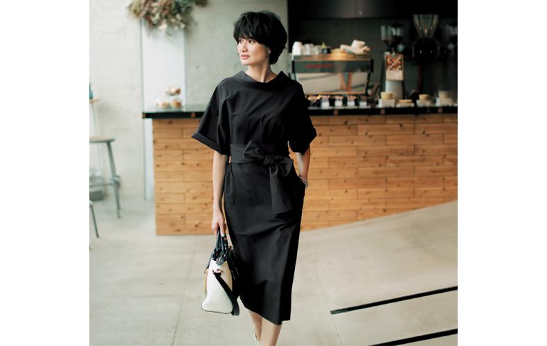 【6】ベルト×半袖黒ワンピース