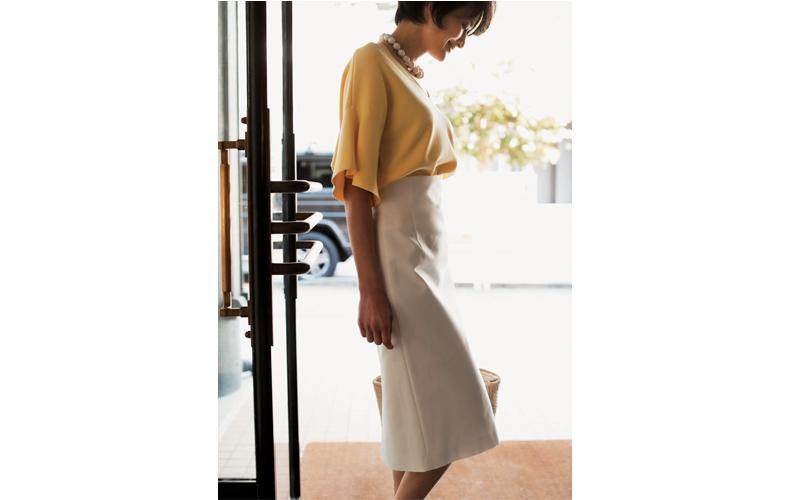 【3】黄色トップス×白タイトスカートのオフィスコーデ