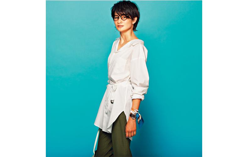 【4】ロング丈の白ドレスシャツ×カーキパンツ