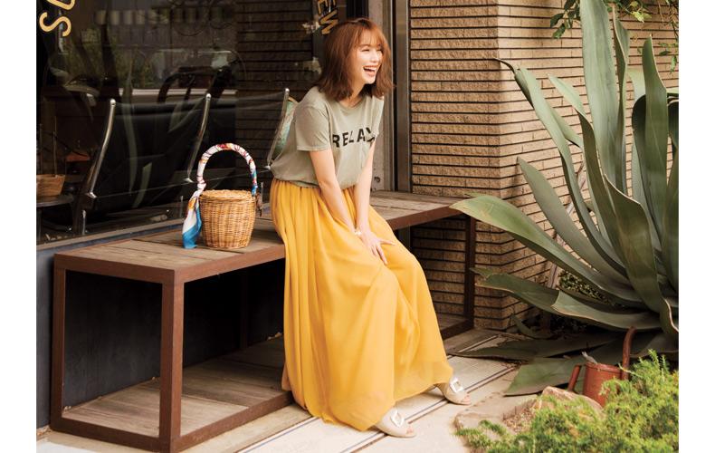 【3】カーキTシャツ×黄色フレアロングスカート