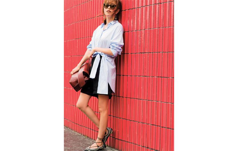 【6】白シャツ×黒ショートパンツ×ぺたんこ靴