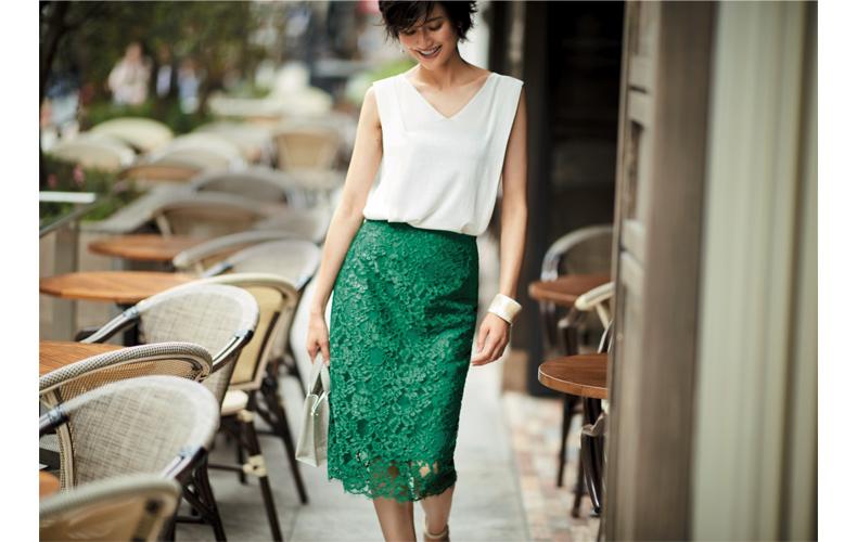 【6】ノースリーブ白ニット×緑のレースタイトスカート