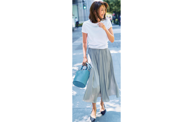 白Tシャツ×グレープリーツスカート