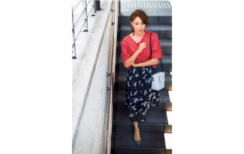 【9】赤ブラウス×ネイビーの花柄フレアスカート