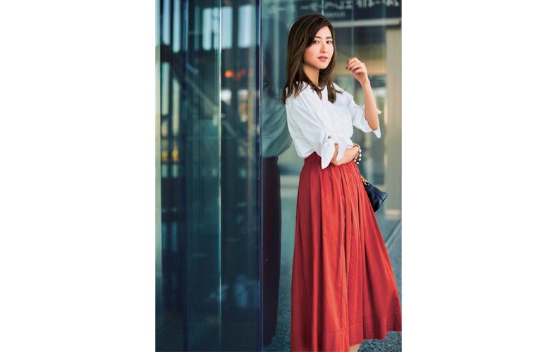 【4】赤フレアロングスカート×白ブラウス