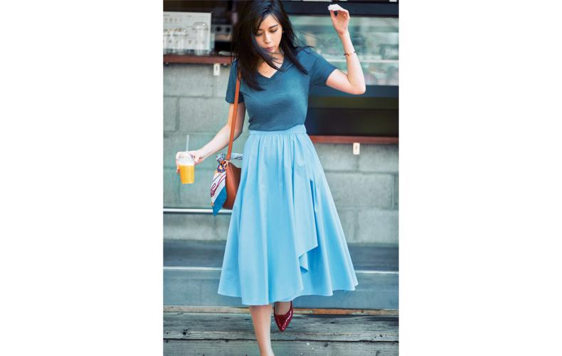 【3】グレーTシャツ×水色フレアスカート
