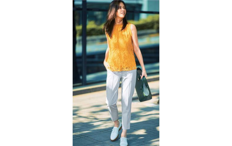 【1】黄色ブラウス×グレーパンツ×カジュアルな革靴