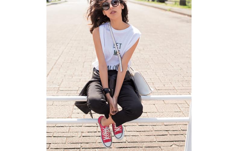 【1】白Tシャツ×黒パンツ×赤スニーカー