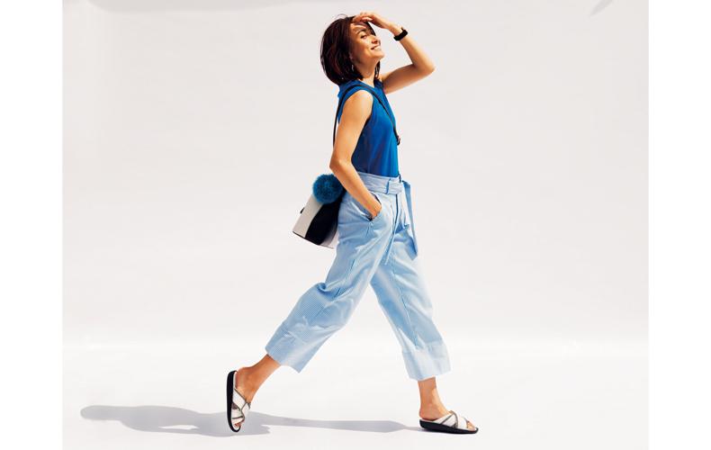 【2】水色パンツ×ブルーノースリーブニット