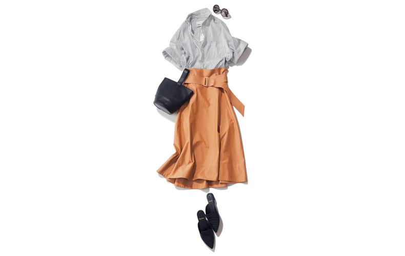 【6】ストライプシャツ×キャメルロングスカート×黒の靴