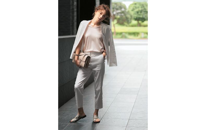【1】ピンクベージュTシャツ×白パンツスーツ