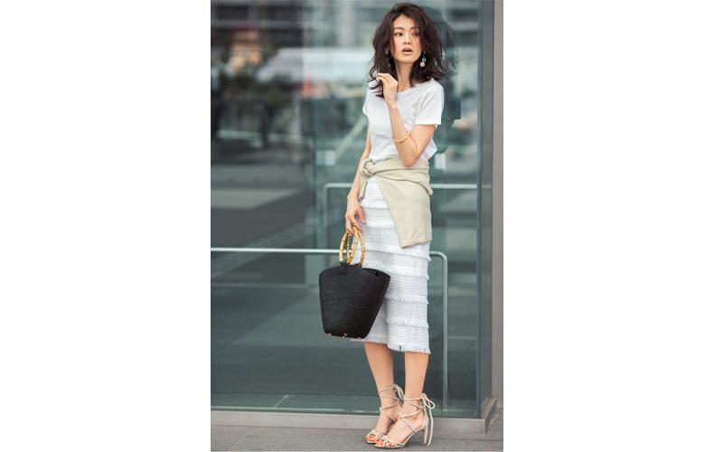 【3】白Tシャツ×ベージュニット×白タイトスカート