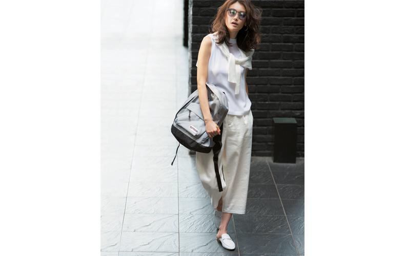【3】白ブラウス×白カーディガン×白ワイドパンツ×白い靴の白コーデ