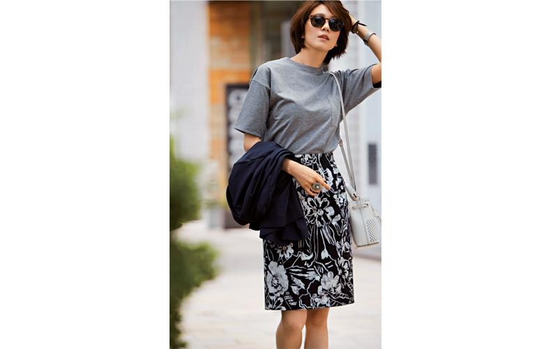 【1】紺ジャケット×グレーTシャツ×黒タイトスカート