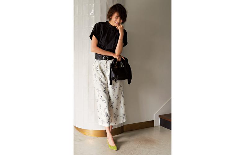 【4】黒ブラウス×花柄白ワイドパンツ×グリーンパンプス