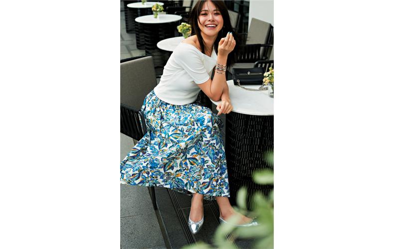 【5】白カットソー×花柄スカート×シルバーの靴