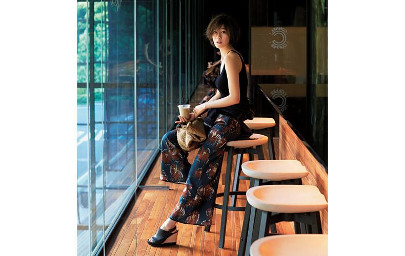 【3】青デニムジャケット×紺パンツ×黒タンクトップ