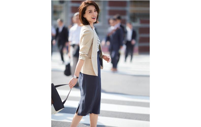 【2】ボーダーニット×ベージュジャケット×ネイビータイトスカート