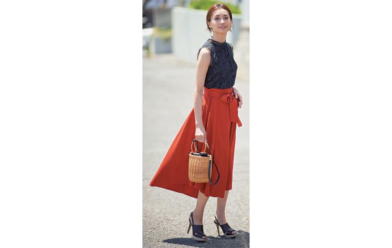 【1】ノースリーブカットソー×赤フレアスカート