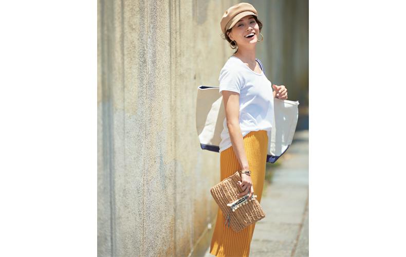 【4】白Tシャツ×マスタード色タイトスカート