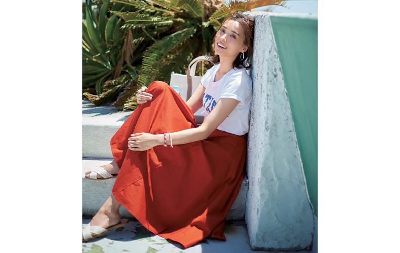 【1】ロゴ白Tシャツ×赤ロングスカートの旅コーデ
